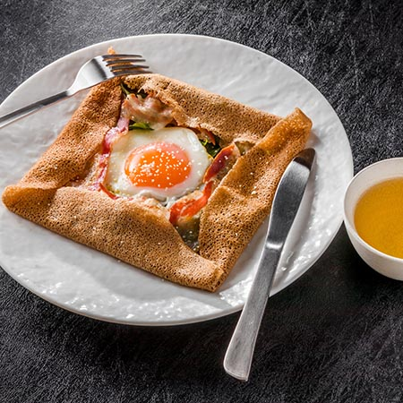Crêpe salée garnie avec oeuf et sauce